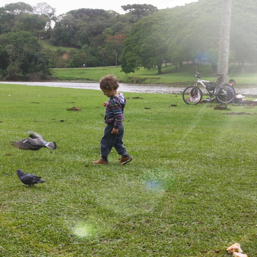 criança correndo no parque