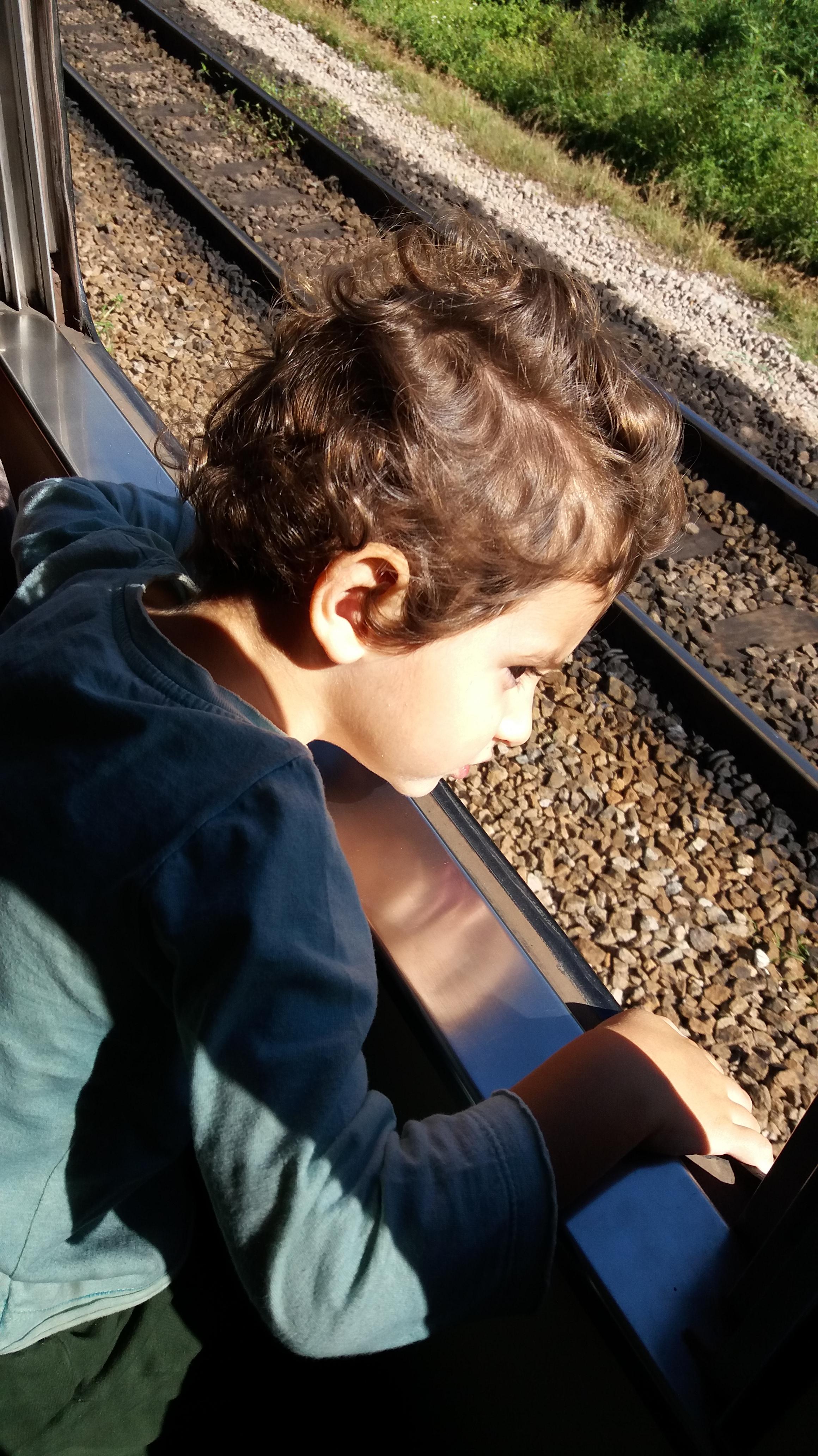 trem trilho menino criança viagem