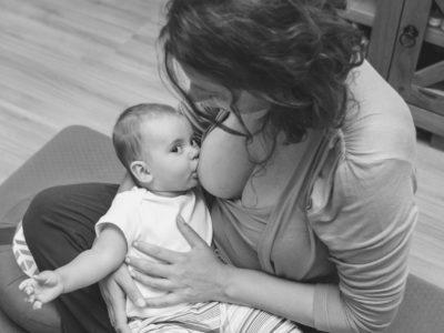 Mãe Amamentando Bebê